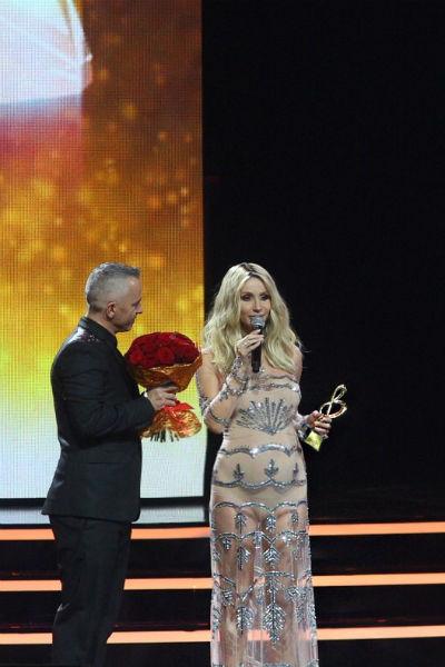 Актриса впервые показала округлившийся животик на музыкальной премии BraVo