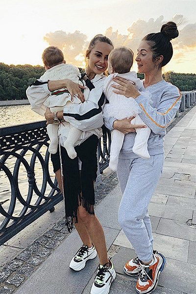 Ханна и Нюша на прогулке с детьми