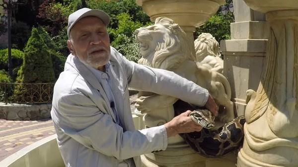 Николай Дроздов совершенно не боится устрашающе выглядящих змей