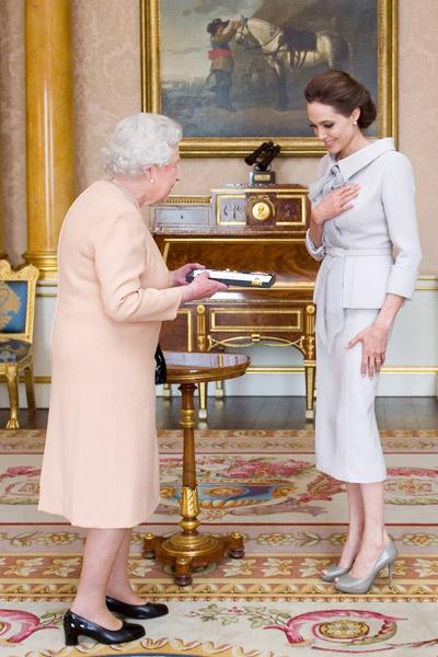 Анджелина Джоли на аудиенции в Букингемском дворце