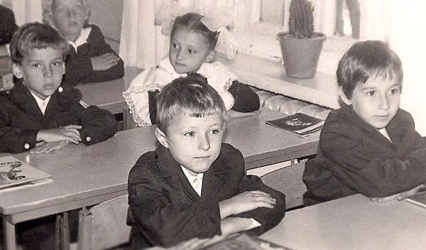 Максим сидел за второй партой (крайний слева) всегда с девочками. 1-й «А» класс, школа №4 города Одесса, 1983 год