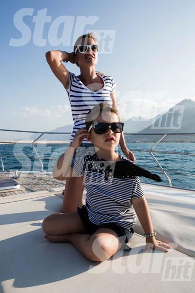Мама и дочка весело проводили время на морской прогулке