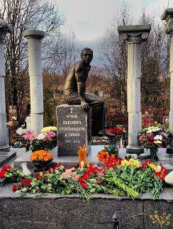 Памятник на могиле Ильи Олейникова