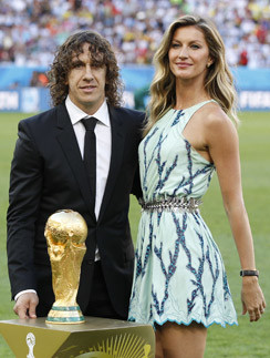 Представитель сборной Испании, Карлес Пуйоль и Жизель Бундхен вручают кубок ФИФА 2014.
