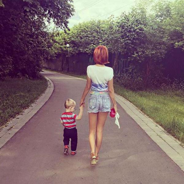 Артистка одна воспитывает двоих детей
