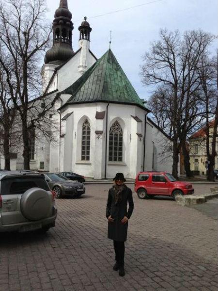Певица на одной из улочек Таллина