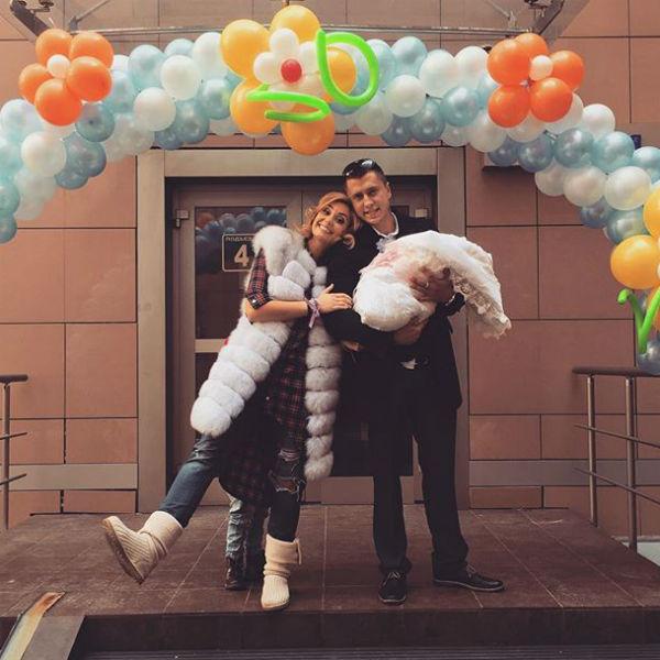 Теперь Агата направляется домой с новорожденной дочерью