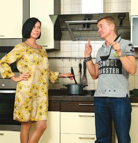 «Алеся готовит вкусно! Особенно хорошо у нее получается борщ», - признается актер