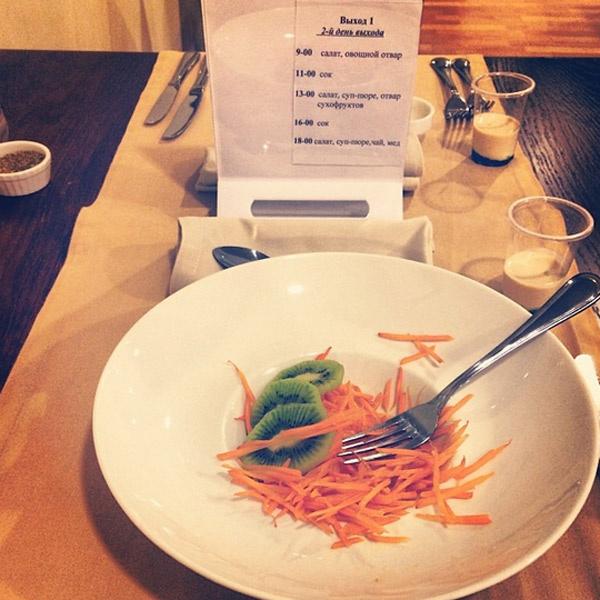 С помощью салата из моркови с киви Анфиса выходит из голодания