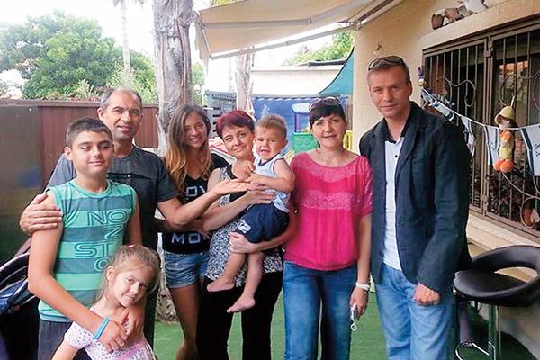 Анна и Антон со знакомыми во время лечения в Израиле, июнь 2014 года