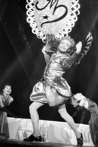 Шоу артиста всегда отличали эпатажные танцы