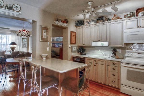 На просторной  кухне все устроено   максимально удобно   для хозяйки
