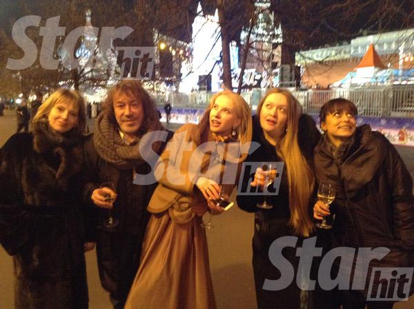 Новый год встречали в теплой компании (слева направо): теща Кузьмина, сам Владимир, Катя, ее близкая подруга и, конечно, Николь