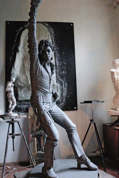 Ровшан Рзаев, ученик известного художника Александра Рукавишникова, вылепил Майкла Джексона в натуральную величину из пластилина