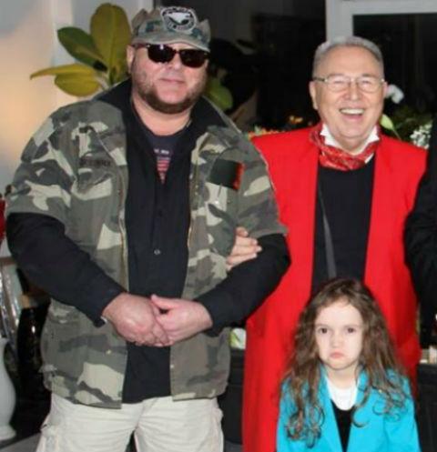 Вячеслав Зайцев с сыном и внучкой