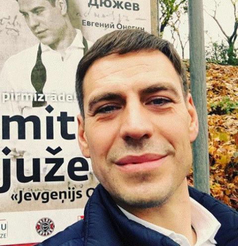 Артист  Дюжев обиделся на наблюдателей , непропустивших его вочереди