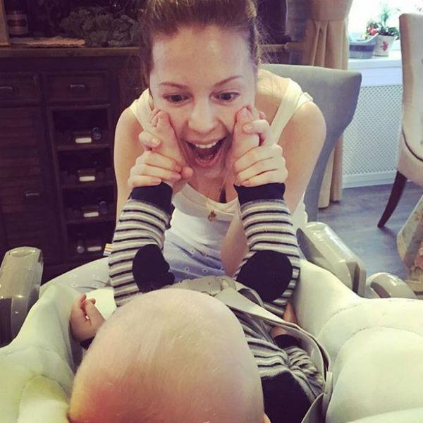 Наталья радуется успехам малыша