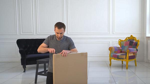 Дмитрий Шепелев пытается собрать стол без инструкции