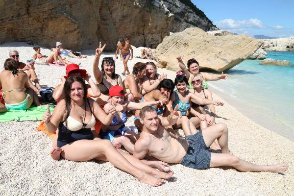 Победители конкурса «В отпуск с Андреем Малаховым» загорали на лучшем пляже Сардинии