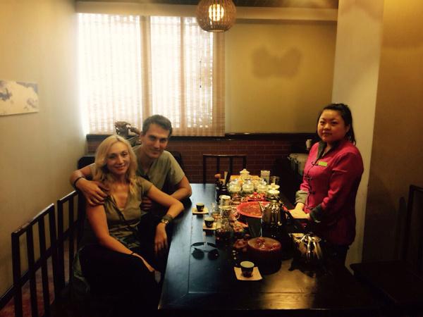 Кристина и Михаил на чайной церемонии гунфу-ча в Шанхае