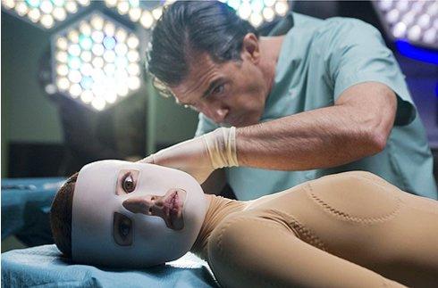 Антонио Бандерас в роли озлобленного гения пластической хирургии.