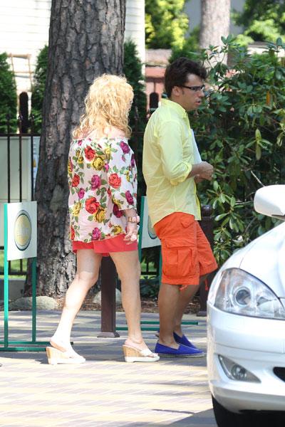Обедать на другой день Алла Борисовна отправилась также в блузе с цветочным орнаментом
