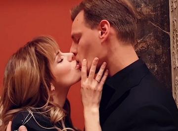 Анна Старшенбаум слилась в страстном поцелуе с участником «Танцев со звездами»