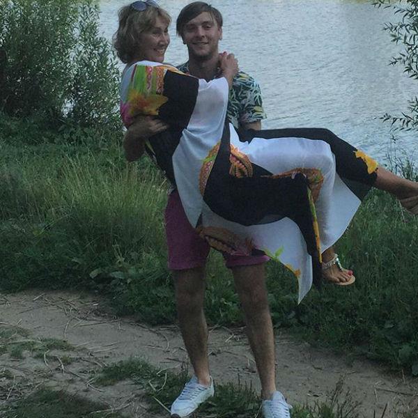 Сын Юрий носит Ларису на руках