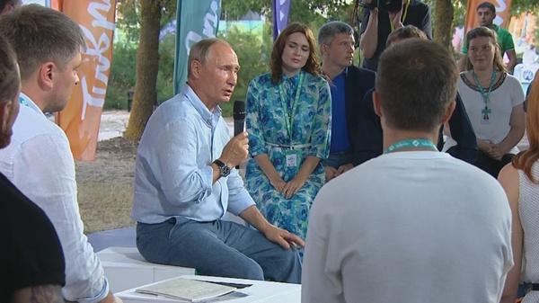 Для встречи с участниками форума Владимир Путин сменил официальный костюм на рубашку и джинсы