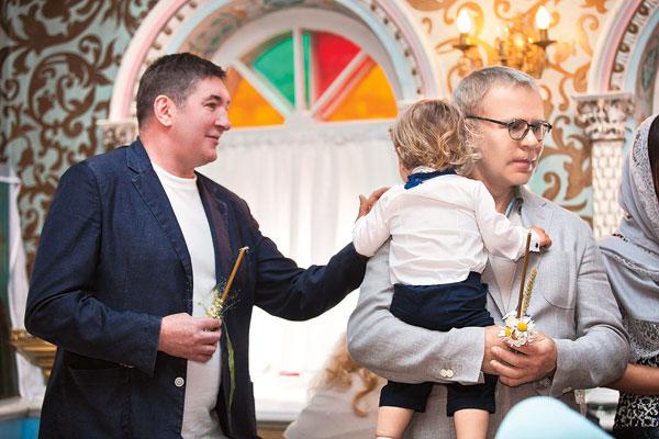 Старший сын Ваня всю церемонию провел на руках у своего крестного Вячеслава Фетисова