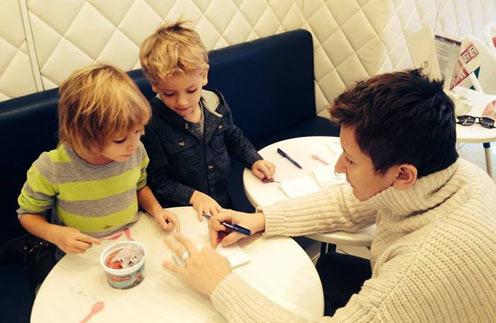 Диана Арбенина с дочерью Мартой и сыном Артемом в кафе