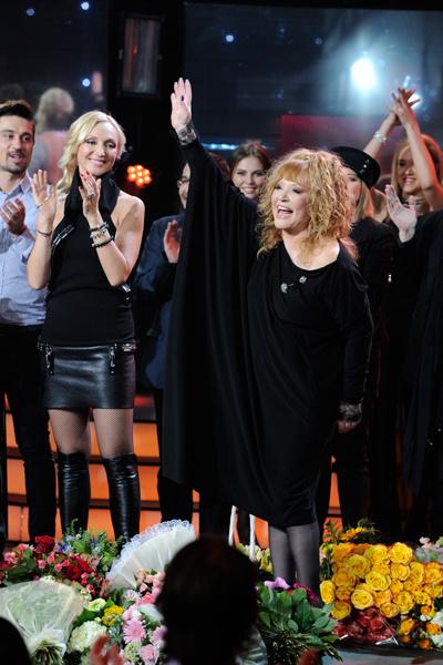 На сцене рядом с Аллой была семья и друзья