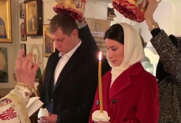 Александр Емельяненко с женой обвенчались в Греции