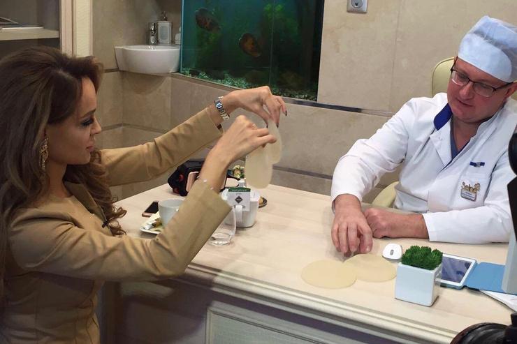 Анна Калашникова рассматривает импланты перед началом процедуры