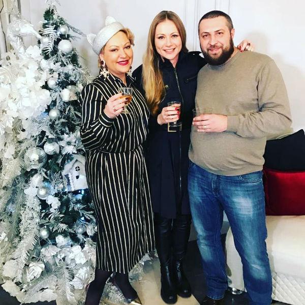 Мария Миронова вместе с Полиной и Русланом, которые помогали делать ремонт