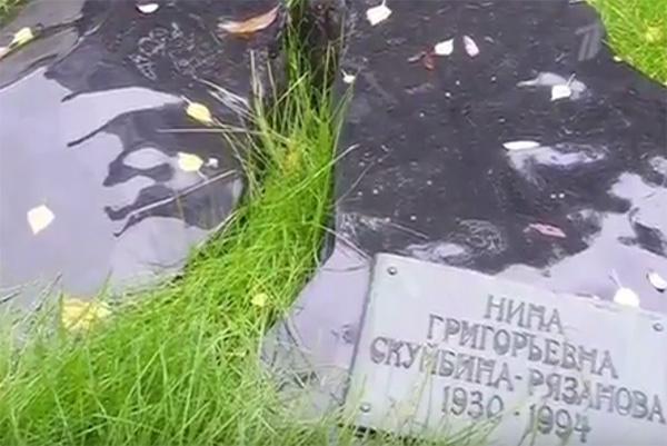 Памятник на могиле второй жены Эльдара Рязанова