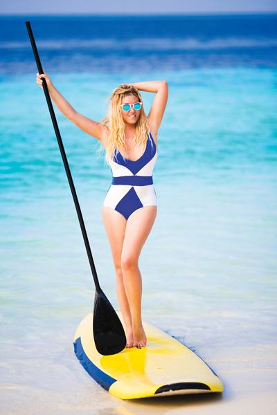 На отдыхе певица не только нежится на пляже, но и осваивает серфинг
