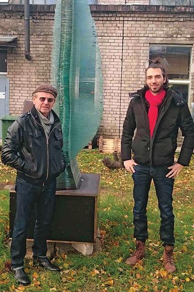 Звезде пришлось одолжить вещи у сына его друга Андриса Витиньша – Эрнеста (на фото справа)