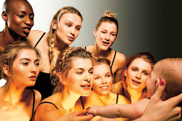 «Женщины – это тайна, которую я пытаюсь разгадать, поэтому они стали героинями моей выставки Women in Gold», – поделился Бандерас