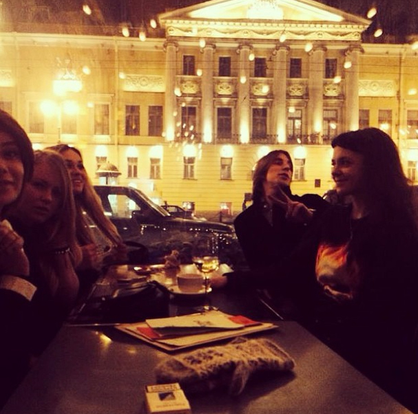 Алена Водонаева сфотографировала любимого в ресторане «Счастье»