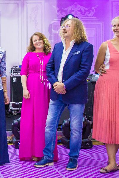 Николаев весь вечер был очень внимателен к жене и ни на шаг от нее не отходил