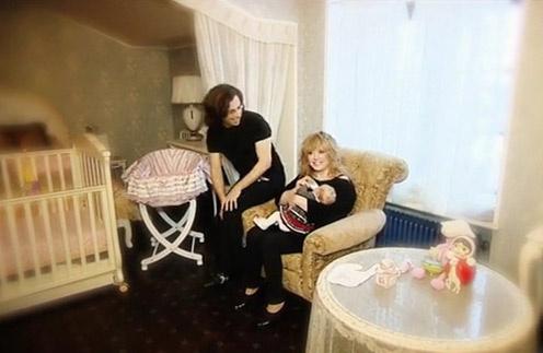 Алла Пугачева и Максим Галкин с дочкой Лизой в ее детской