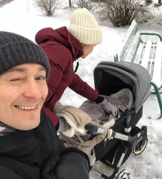 Сергей Безруков с супругой Анной Матисон и новорожденным сыном во время прогулки