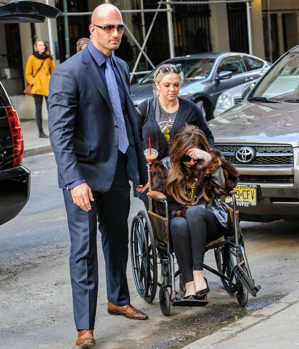 Однако она все-таки продолжает пользовать инвалидным креслом