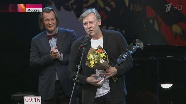 Виктор Раков получает награду