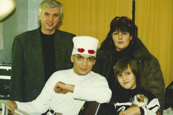 Михаил Садчиков, Филипп Киркоров, Людмила Садчикова и Садчиков-младший на съемках клипа «Медсестра». Декабрь 1997 года.