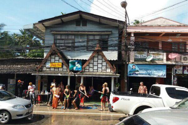 Тайцы веселятся на улицах