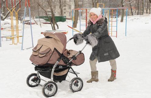 Мария Болтнева с малышами на прогулке