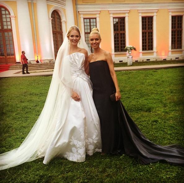 Невеста с коллегой по группе «Мобильные блондинки»