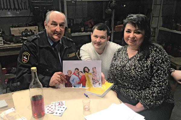 Борис Клюев подписал супругам постер и угостил их чаем